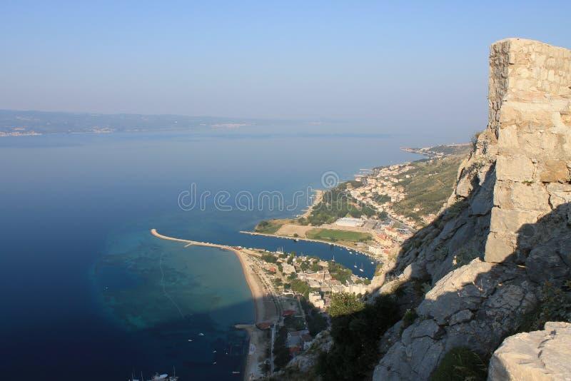 Panorama van het zandige strand van Omis Kroatië van de hoge berg royalty-vrije stock foto
