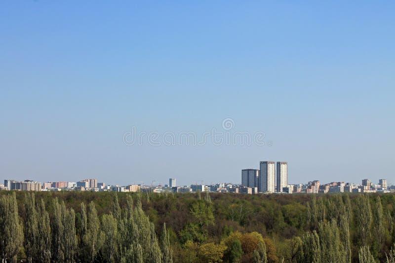 Panorama van hierboven op Izmailovsky-Park in Moskou Rusland met zachte groene bomen, architectuur en de horizon tegen c stock fotografie