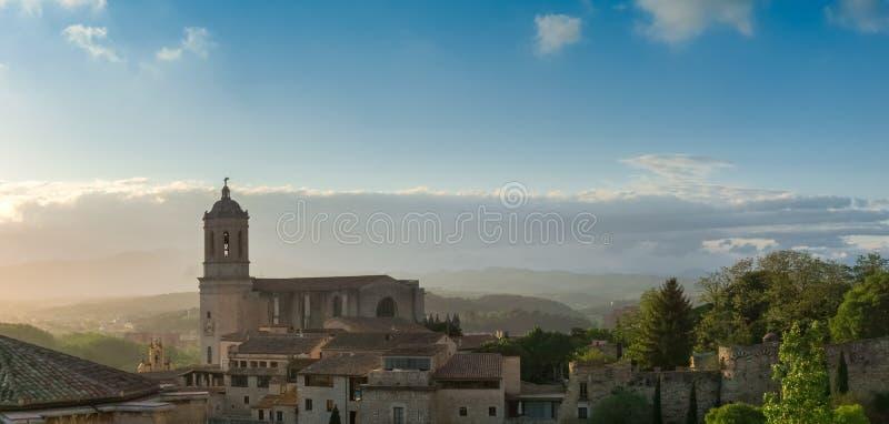 Panorama van historisch centrum van Girona stad met van middeleeuwse muur in middagzonlicht stock fotografie