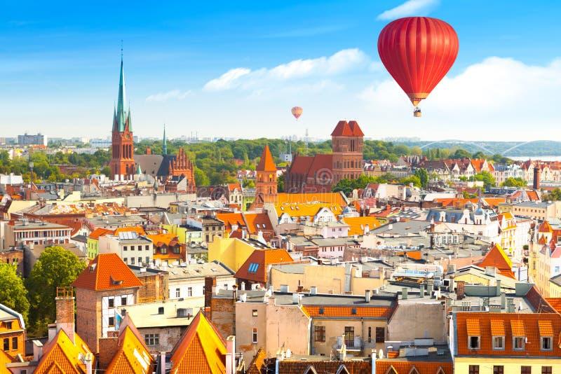 Panorama van historische gebouwen en daken in Poolse middeleeuwse stad Torun stock foto's