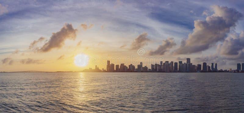 Panorama van horizon van Miami van de binnenstad die van het overzees onder wordt bekeken stock fotografie