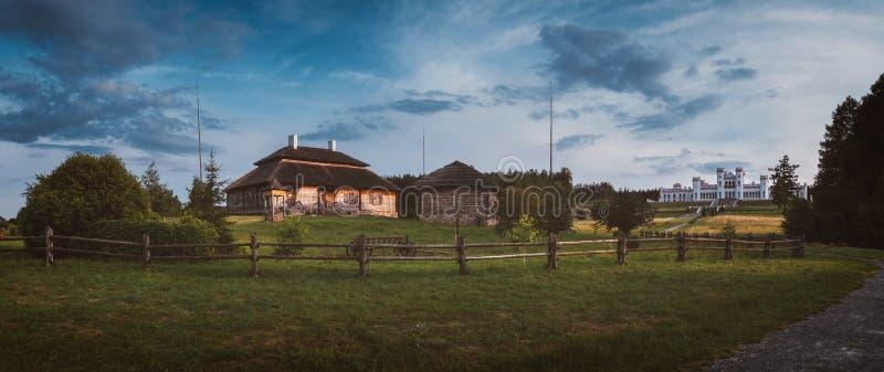 Panorama van Huizen - dorp van geboorteplaats van Kosciuszko - Merechevshchina, dichtbij Kossovo-stad, Wit-Rusland stock foto's