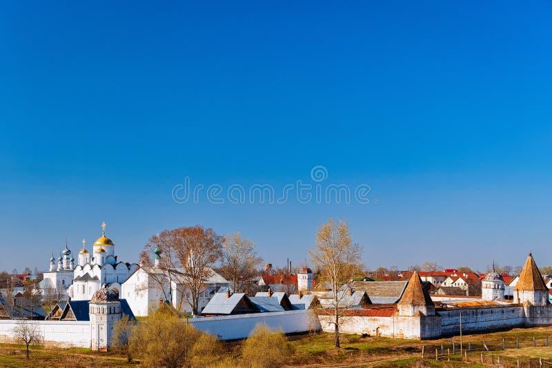 Panorama van Interventieklooster in Suzdal-stad in Vladimir oblast in Rusland royalty-vrije stock foto's