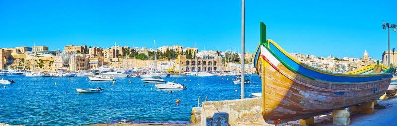 Panorama van Kalkara-jachthaven met oude houten boot, Malta stock fotografie