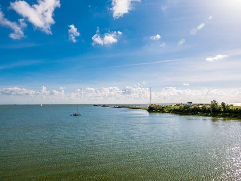 Panorama van kalm IJsselmeer-meer en kunstmatig eiland Kornwerderzand, Nederland royalty-vrije stock foto's