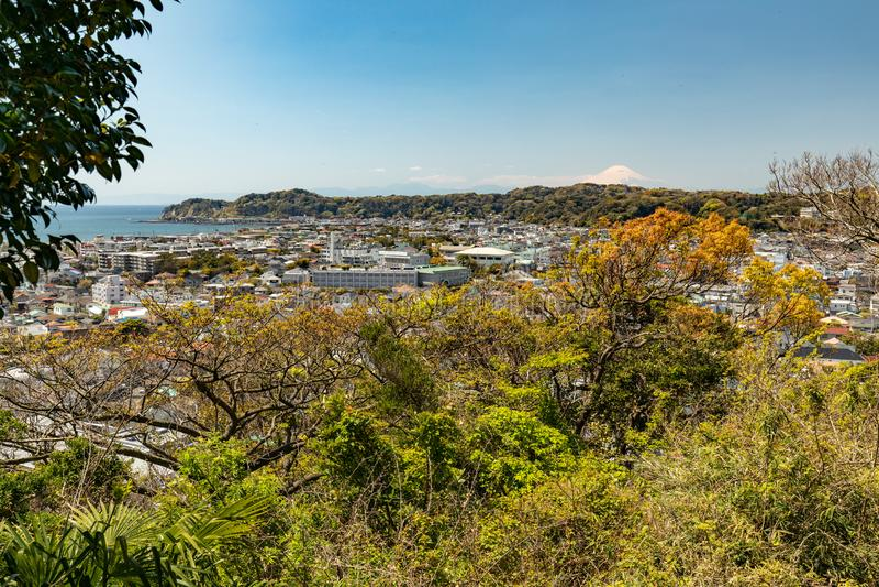 Panorama van Kamakura-stad Japans landschap Mening van Onderstel Fuji Weergeven van het park aan Kamakura royalty-vrije stock foto