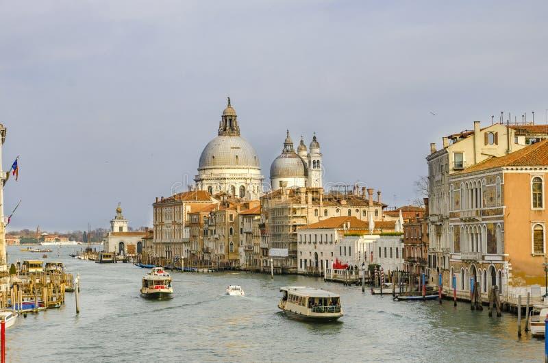 Panorama van Kanaal Grande met Basiliekdi Santa Maria della Salute in Venetië, Italië stock fotografie
