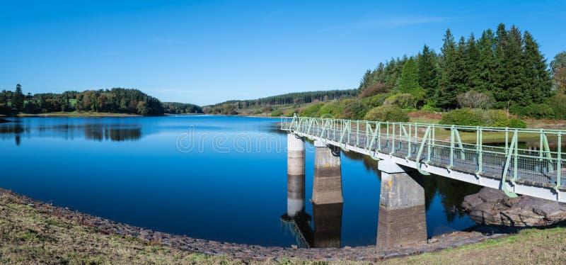 Panorama van Kennick-Reservoir in het Nationale Park van Dartmoor, Engeland, het UK, op een heldere duidelijke dag stock fotografie