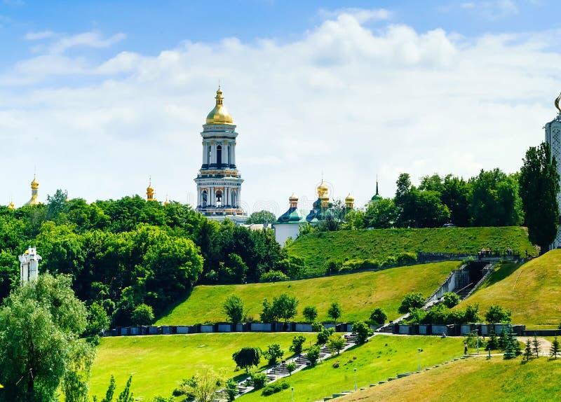 Panorama van Kiev-Pechersk Lavra tegen de achtergrond van het stadspark, concept reis en recreatie, de Oekraïne, Kiev stock afbeelding