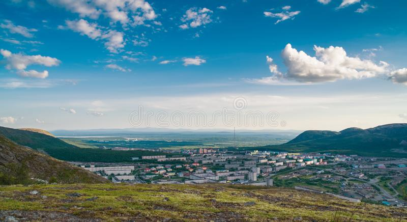 Panorama van Kirovsk in de zomer stock fotografie