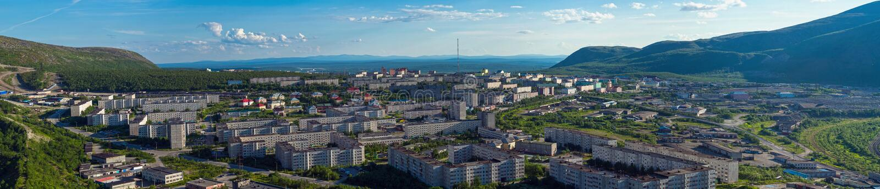 Panorama van Kirovsk in de zomer stock foto