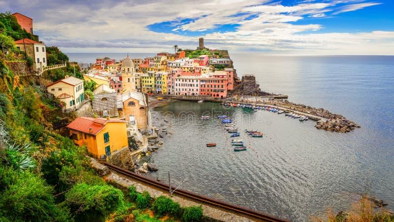 Panorama van kleurrijk Vernazza-dorp in Cinque Terre stock foto