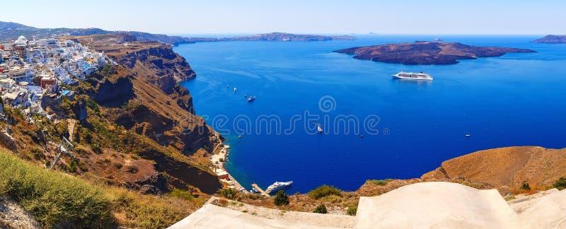 Panorama van kleurrijke huizen in Fira-stad, en mening over het eiland van calderasantorini royalty-vrije stock foto