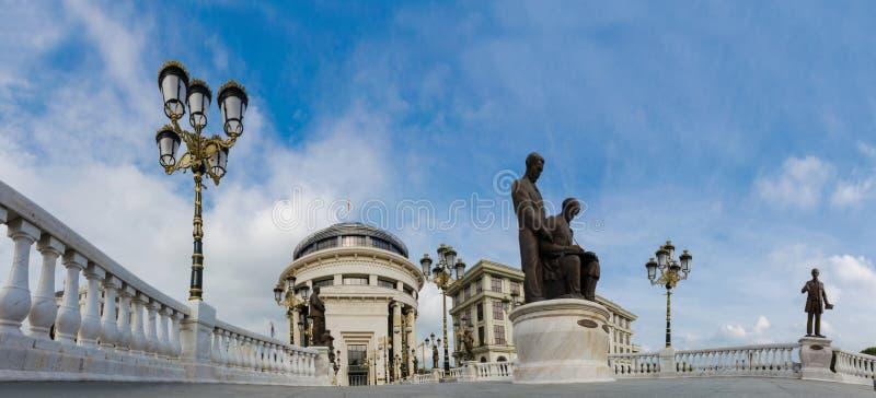 Panorama van Kunstbrug voor Ministerie van Finnance in Skopje stock foto's