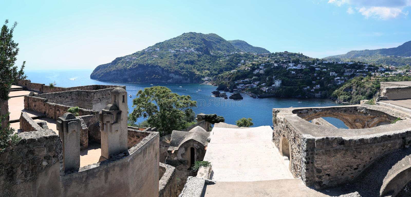 Panorama van kustlijn, Ischia Eiland (Italië) royalty-vrije stock afbeelding