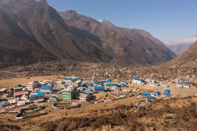 Panorama van Kyangjin Gompa nepal Weergeven van Kyangjin Ri stock afbeelding