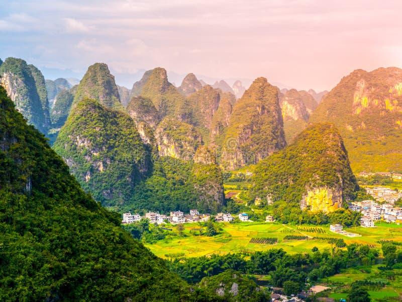 Panorama van landschap met karst pieken rond Yangshuo-Provincie en Li River, Guangxi-Provincie, China royalty-vrije stock foto's