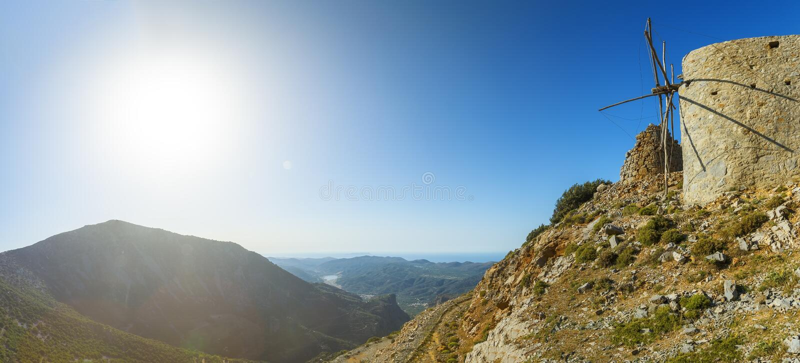 Panorama van Landschap met oude traditionele molen in bergvallei met blauwe hemel en zon Kreta, Grieks Eiland, Griekenland royalty-vrije stock foto's