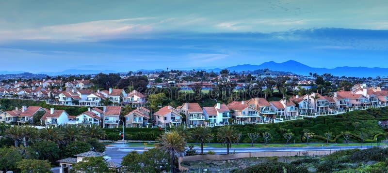 Panorama van landstreekhuizen langs de Dana Point-kust stock afbeeldingen