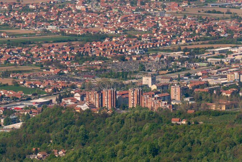 Panorama van Loznica van de berg Gucevo wordt gezien die Stad van Loznica in satellietbeeld het West- van Servië royalty-vrije stock foto