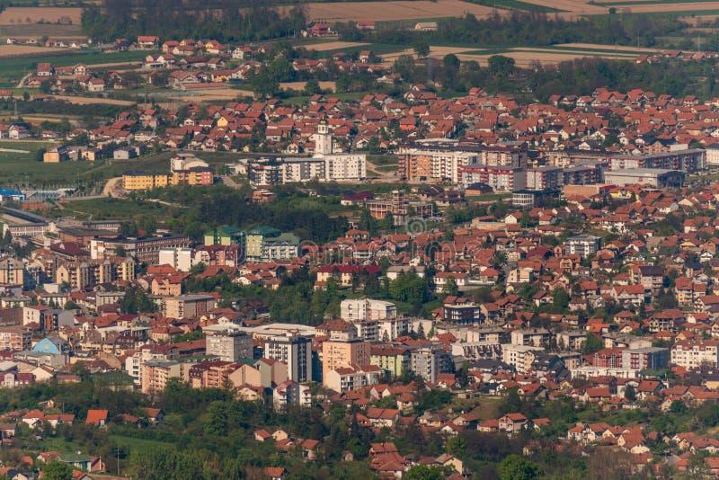 Panorama van Loznica van de berg Gucevo wordt gezien die Stad van Loznica in satellietbeeld het West- van Servië royalty-vrije stock afbeelding