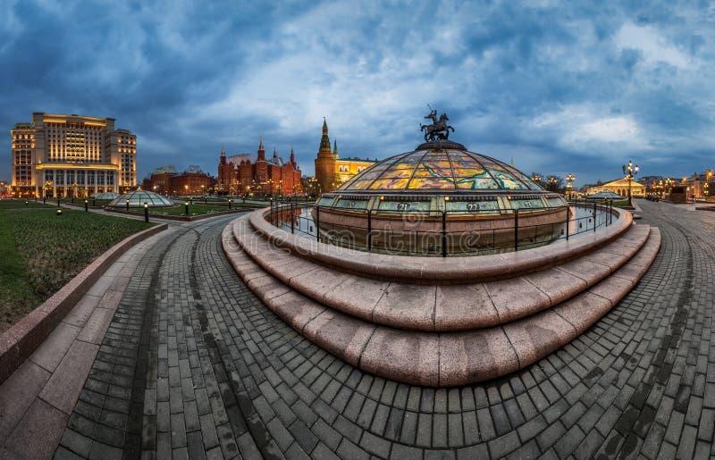 Panorama van Manege-Vierkant en Moskou het Kremlin in de Avond stock fotografie