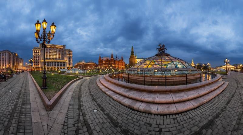 Panorama van Manege-Vierkant en Moskou het Kremlin in de Avond royalty-vrije stock foto