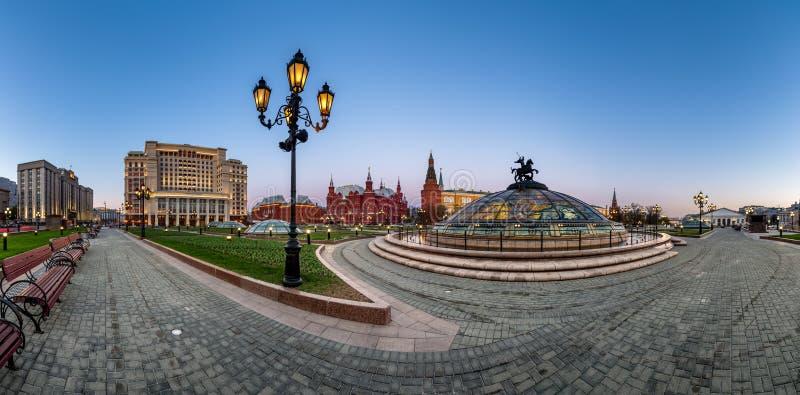 Panorama van Manege-Vierkant en Moskou het Kremlin in de Avond stock afbeeldingen