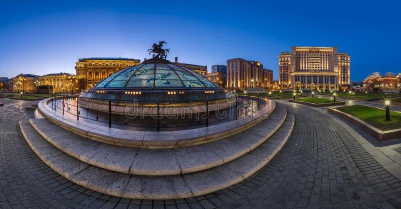 Panorama van Manege-Vierkant en Moskou het Kremlin in de Avond royalty-vrije stock afbeelding