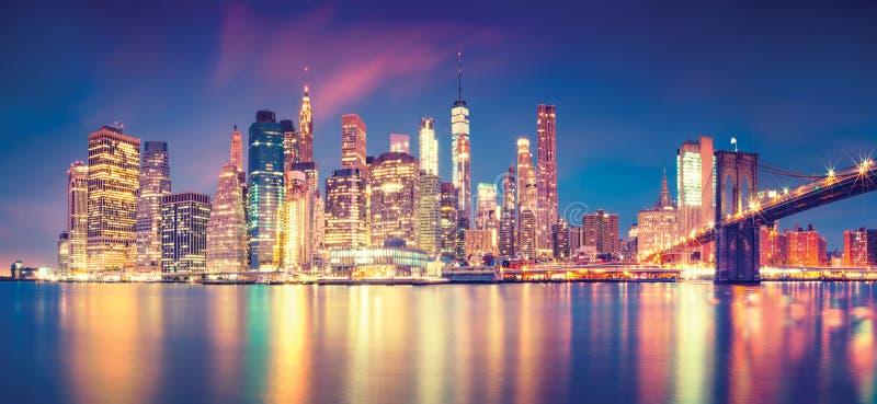 Panorama van Manhattan uit het stadscentrum bij schemer met wolkenkrabbers, de Stad van New York stock foto's