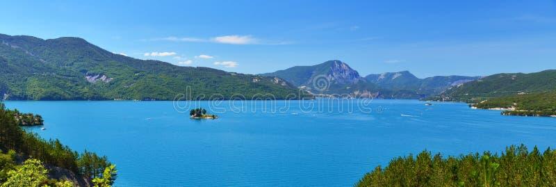 Panorama van meer in de zomer, zonnige Alpen, Frankrijk stock fotografie