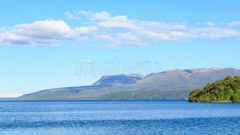 Panorama van Meer Tarawera, Nieuw Zeeland, met Onderstel Tarawera op de achtergrond stock afbeelding