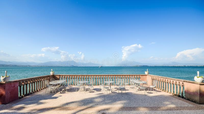 Panorama van Meermeer Garda in Lombardije, Italië van een balkon met sierzwanen royalty-vrije stock afbeelding