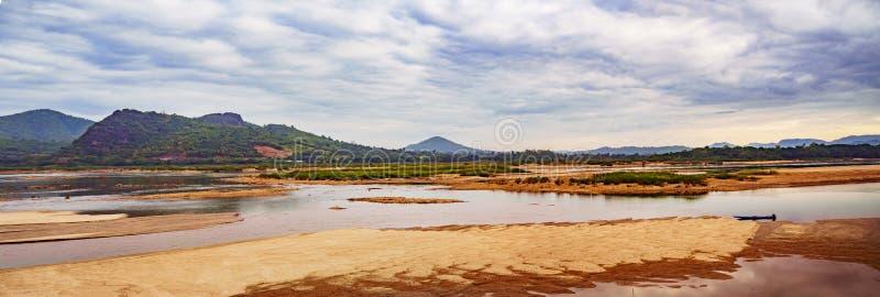 Panorama van Mekong River Brede hoek om de bergketen en de dramatische hemel te bekijken Provincie Loei in Thailand royalty-vrije stock afbeelding