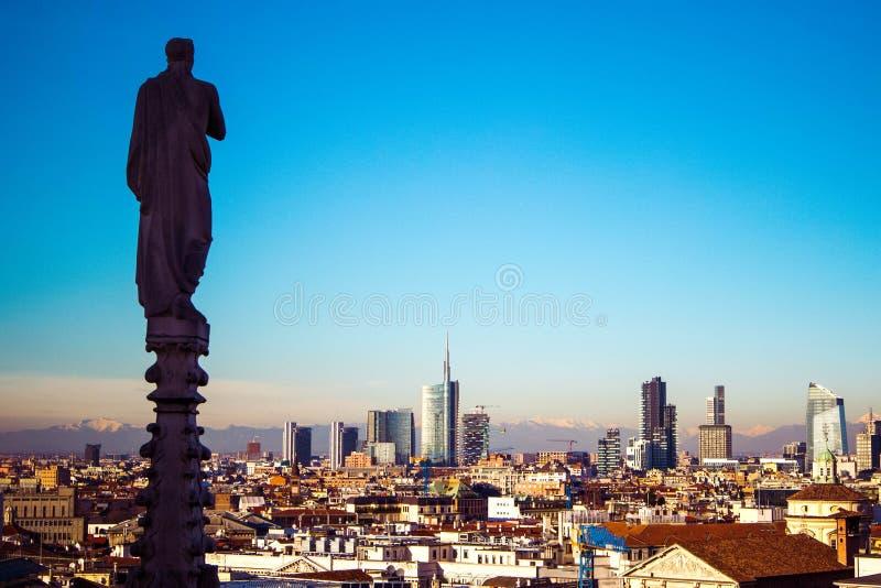 Panorama van Milaan op bedrijfsdistrict van Porto Nuovo met moderne wolkenkrabbers van dak van gotische kathedraal Duomo, Milaan, stock foto's