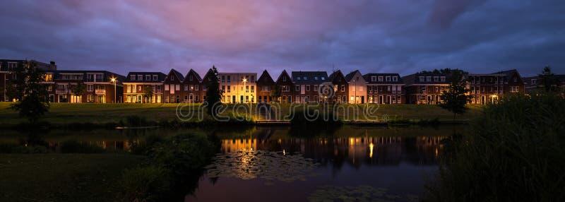 Panorama van moderne huizen in traditionele Nederlandse stijl langs een kanaal in Holland stock foto
