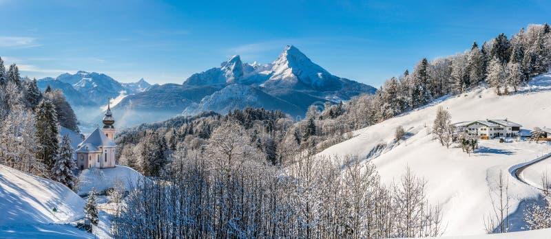 Panorama van mooi de winterlandschap in de Beierse Alp stock foto