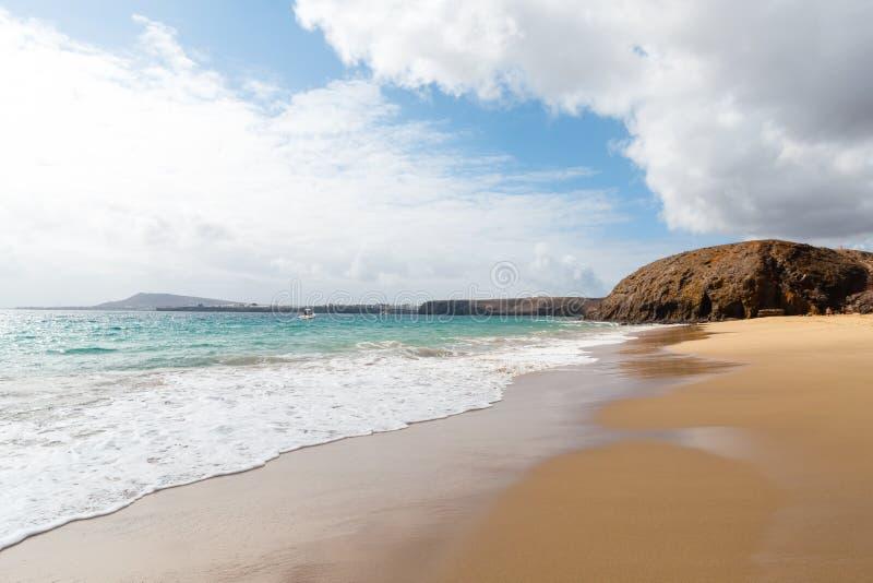 Panorama van mooi strand en tropische overzees van Lanzarote kanaries stock afbeeldingen