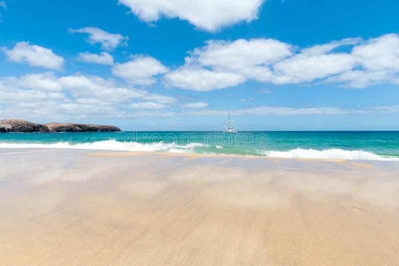 Panorama van mooi strand en tropische overzees van Lanzarote kanaries royalty-vrije stock foto