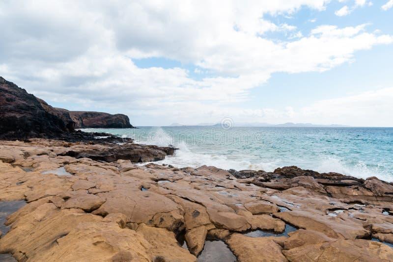 Panorama van mooi strand en tropische overzees van Lanzarote kanaries stock afbeelding