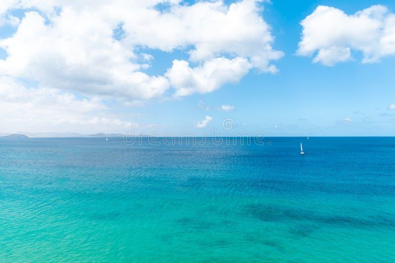 Panorama van mooi strand en tropische overzees van Lanzarote kanaries royalty-vrije stock afbeelding