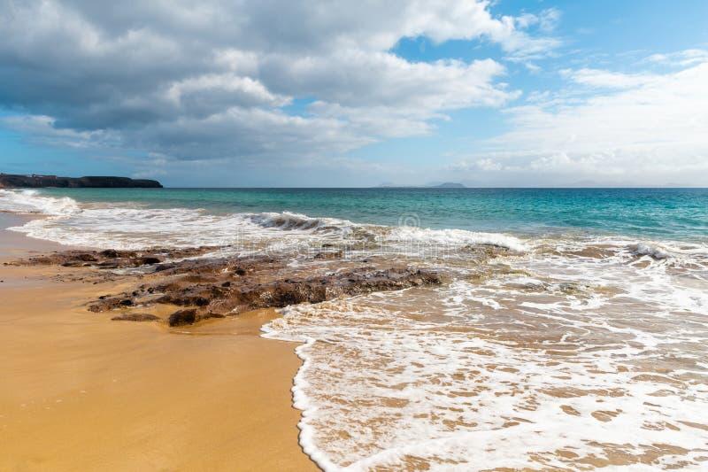 Panorama van mooi strand en tropische overzees van Lanzarote kanaries royalty-vrije stock foto's