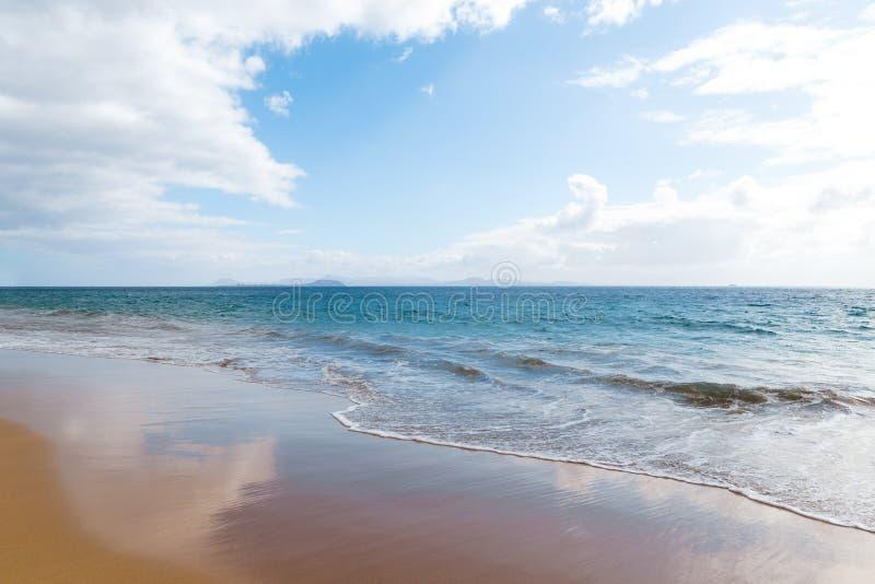 Panorama van mooi strand en tropische overzees van Lanzarote kanaries royalty-vrije stock afbeeldingen