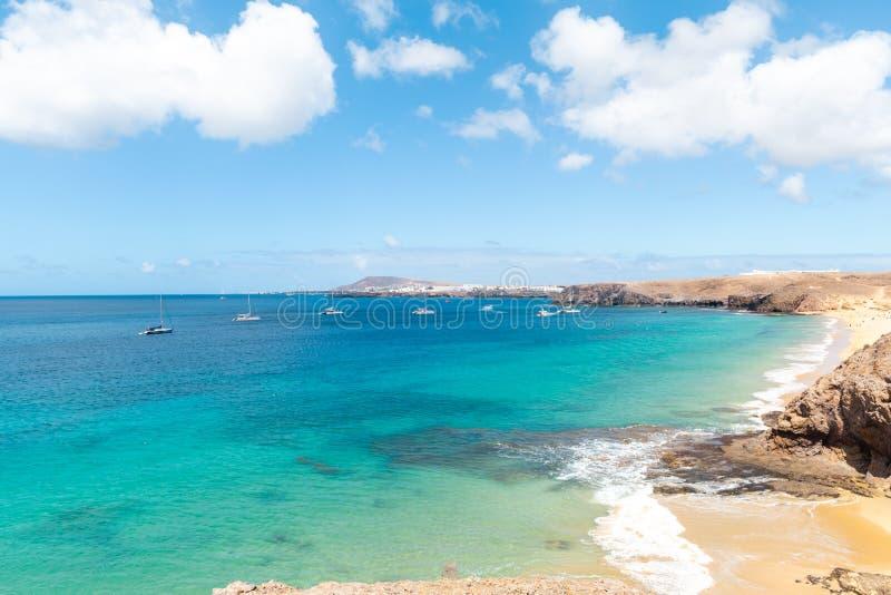 Panorama van mooi strand en tropische overzees van Lanzarote kanaries royalty-vrije stock fotografie