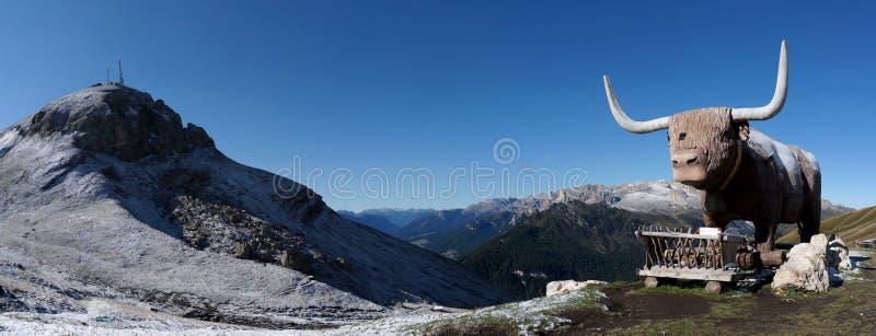 Panorama van mooie dolomietberg met groot stierenbeeldhouwwerk in Zuid-Tirol stock fotografie