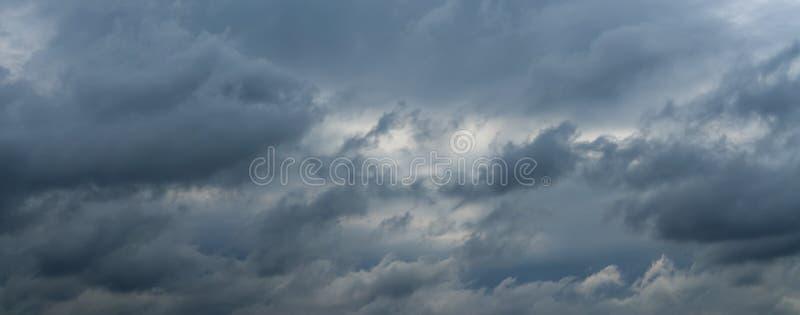 Panorama van mooie donderwolken stock foto