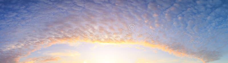 Panorama van mooie wolk over hemel in ochtendtijd stock afbeelding