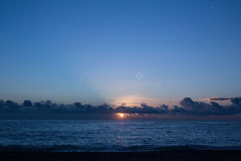 Panorama van mooie zonsondergang over het overzees royalty-vrije stock fotografie
