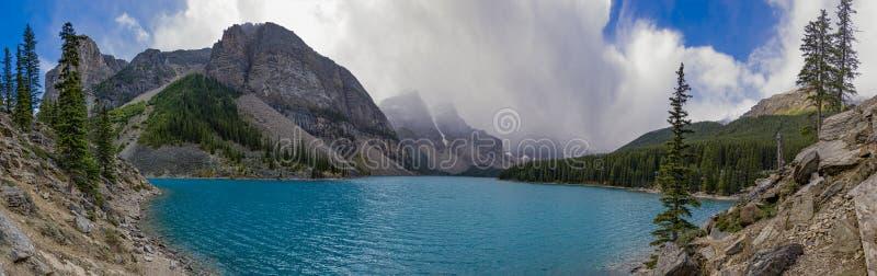 Panorama van Morenemeer in het Nationale Park Alberta Canada van Banff stock afbeelding