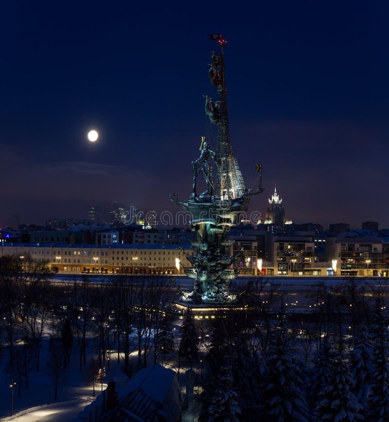 Panorama van Moskou de stad in bij de winternacht onder de volle maan royalty-vrije stock fotografie